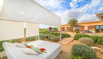 Schöne Außenanlage und Chill-Out-Lounge