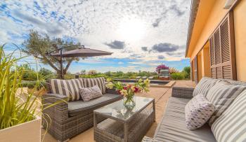 Terrasse am Pool mit bequemer Sitzgruppe