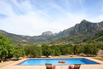 Pool und wunderbarer Blick auf die Berge