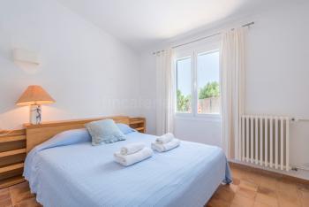 Schlafzimmer mit Doppelbett und Heizung