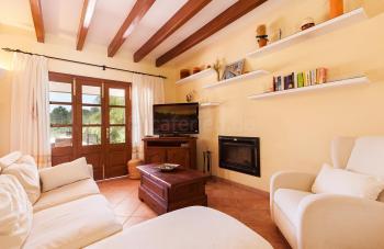 Wohnzimmer mit Sitzecke und Kamin
