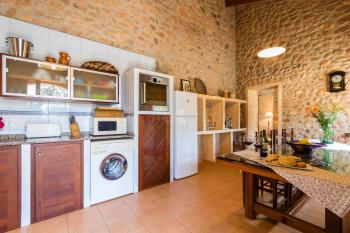 Küche mit Geschirrspüler und Waschmaschine