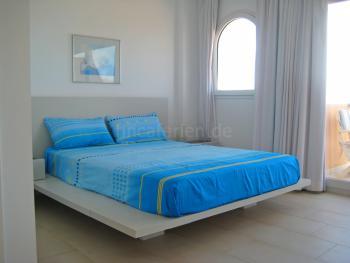 Schlafzimmer mit Bad en Suite und Balkon