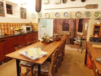 Küche mit großem Esstisch, Geschirrspüler