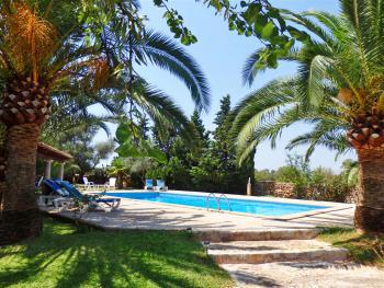 Pool und Terrasse mit Aussenküche