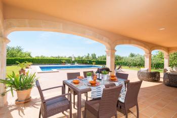 Überdachte Terrasse mit Grill und Essplatz