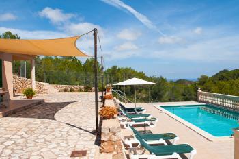 Pool, Sonnenterrasse und Panoramablick