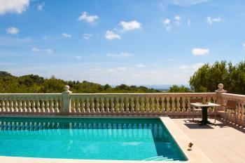 Relaxen am Pool und Panoramablick genießen