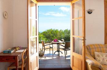 Wohnzimmer und Ausgang zur Terrasse