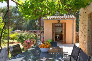 Sommerküche und schattige Terrasse