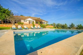 Komfortbles Ferienhaus mit Pool und Garten