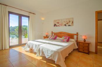 Schlafzimmer mit Ausgang zur Terrasse