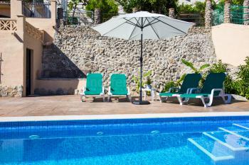 Pool mit Sonnenterrasse