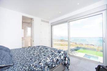 Schlafzimmer mit Meerblick und Bad en Suite
