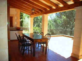 Möblierte, überdachte Terrasse