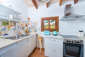 Gut ausgestattete Küche mit Backofen