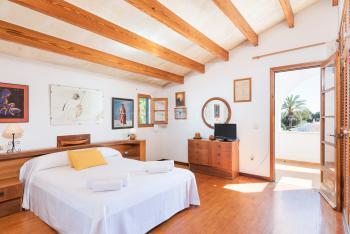 Schlafzimmer mit schönem Holzfußboden
