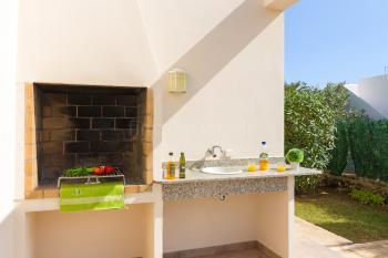 Terrasse und gemauerter Außengrill