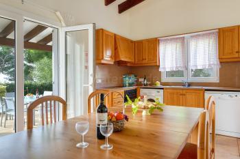 Moderne Küche mit Essplatz, Geschirrspüler,