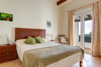 Schlafzimmer mit Klimaanlage und Terrassenausgang