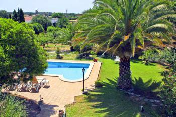 Ferienhaus mit Pool und Garten