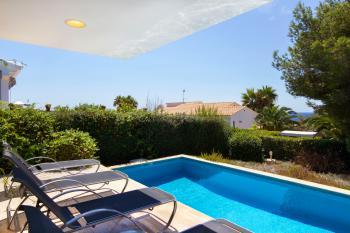 Relaxen auf den Sonnenliegen am Pool