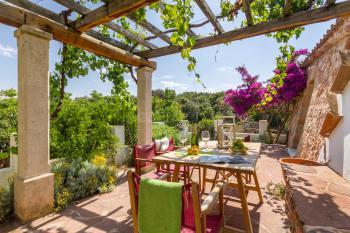 Schattige Terrasse mit Essplatz