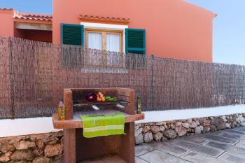 Terrasse und gemauerter Grill