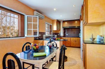Moderne Küche mit Klimaanlage