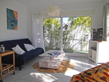 Wohnzimmer mit Sat-TV und Kaminofen