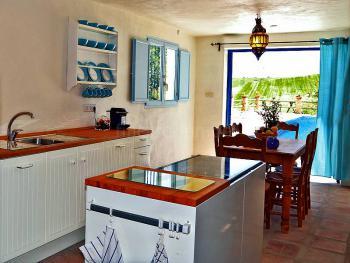 Küche mit Ausgang zum Pool