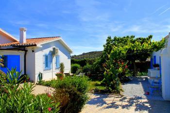 Ferienhaus (links), Garten und die...