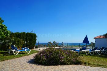 Relaxen am Pool und den Meerblick genießen
