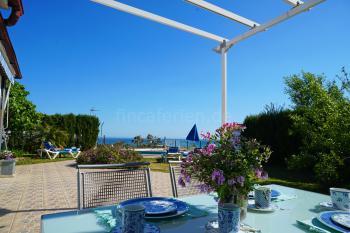 Terrasse mit Blick zum Pool und dem Meer