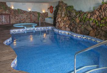 Beheizter Pool in einer Grotte