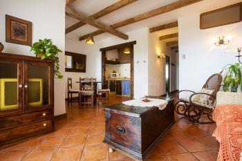 Wohnraum und angrenzende Küche