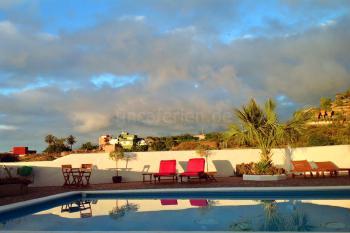 Pool und Sonnenterrasse - Meerblick genießen