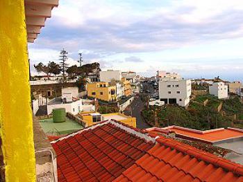 Blick von der Dachterrasse auf den Ort