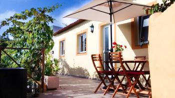Kleines Ferienhaus mit sonniger Terrasse