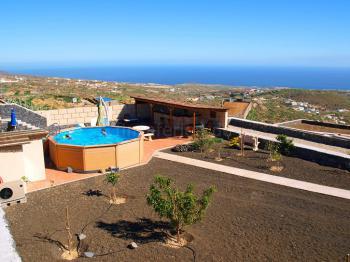 Pool, Sonnenterrasse und Poolbar