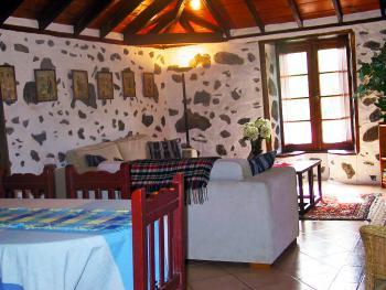 Wohnzimmer mit schöner Holzdecke