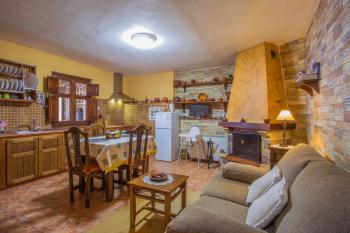 Gemütliche Wohnküche mit Kamin