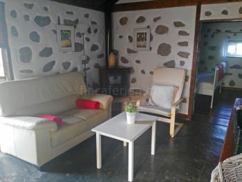 Wohnzimmer mit Kaminofen und Internet W-LAN