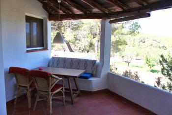 Überdachte Terrasse mit Essplatz und