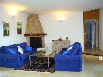 Wohnzimmer mit Kamin und Klimaanlage