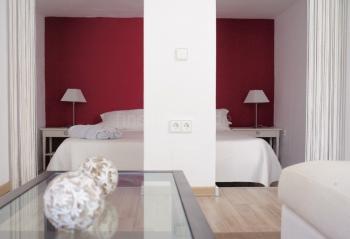 Offenes Schlafzimmer mit Klimaanlage