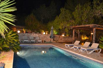 Beleuchteter Pool und Chill-Out