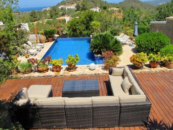 Pool und Terrassen mit Panoramablick