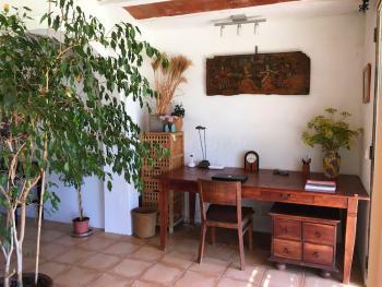 Büro mit Schreibtisch im Wohnbereich