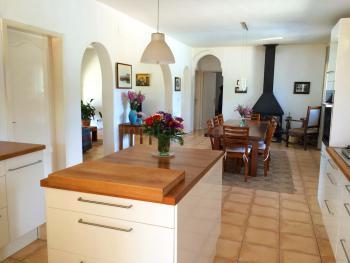 Offene Küche und Essplatz am Kaminofen